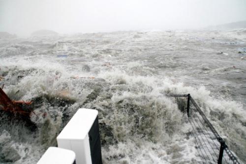 写真:3階建ての防災対策庁舎の屋上が津波に襲われた瞬間=3月11日午後3時34分、宮城県南三陸町、加藤信男さん撮影、同町提供