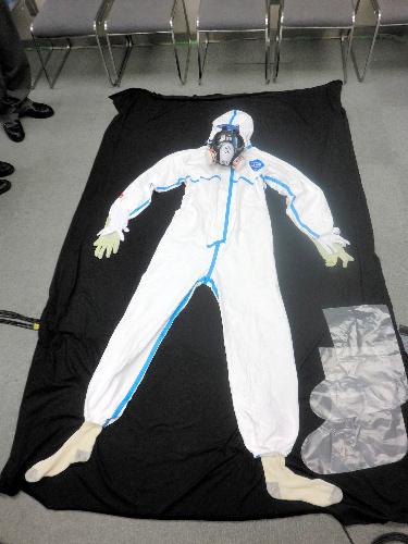 写真:福島第一原発の作業員が着る服装一式