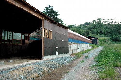 写真:新築したばかりの堆肥舎。この奥の小屋で男性が亡くなっていた=福島県相馬市