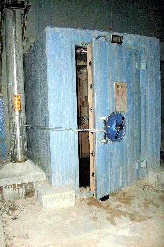 写真:福島第一原発2号機の原子炉建屋で開けられた二重扉。2枚目の扉はこの奥にある=6月19日、東京電力提供