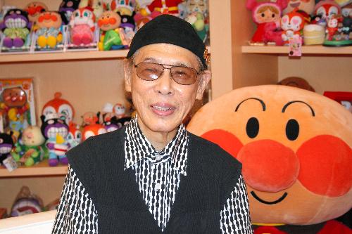 写真:奇跡の一本松の子どもに名前をつけたやなせたかしさん=東京都新宿区のやなせスタジオ