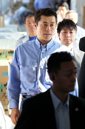 写真:福島県庁のオフサイトセンターを視察に訪れた細野豪志原発担当相=2日午後、福島市、林敏行撮影