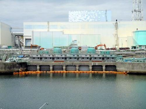 写真:福島第一原子力発電所2号機。水中カーテンの奥の取水口が遮水壁で完全に閉じられている=東京電力提供