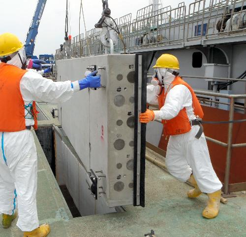 写真:汚染水流出防止対策中の福島第一原子力発電所2号機の取水口付近=東京電力提供