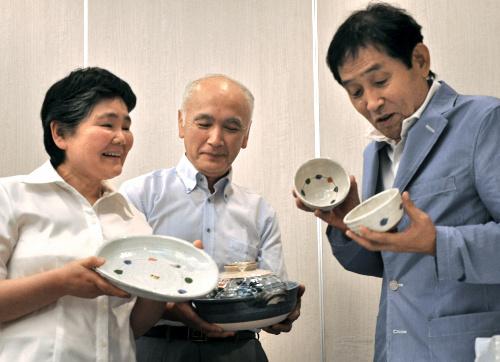 写真:贈呈された焼き物を手に、笑顔をみせる(左から)気仙沼ちゃんと夫の白幡修さん、萩本さん=6日、仙台市青葉区花京院、古庄写す