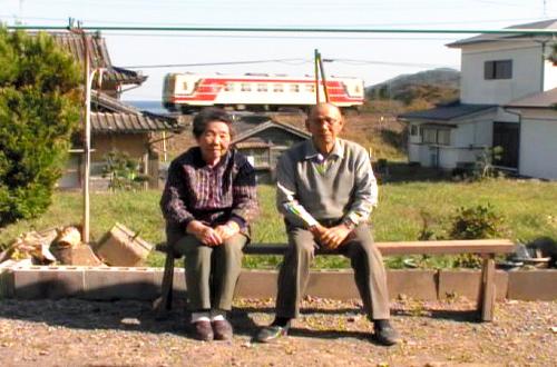 写真:無人駅の掃除を毎日続けた80代の夫婦と1両編成の列車=いずれも「おらほの鉄道」の一場面から、日本映画大学提供