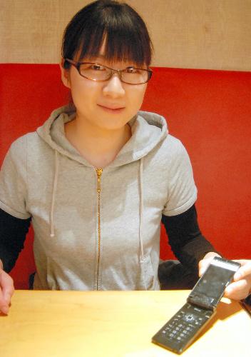 写真:「震災2日後、母からの家族の無事を知らせるメールを見てほっとしたら、出演者の安否が気になりました」と語る鈴木宏子さん=東京都新宿区、斎藤写す