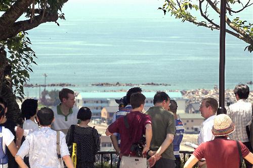 写真:津波注意報が発令され高台に集まった人たち=10日午前10時44分、宮城県石巻市の日和山、小宮路勝撮影