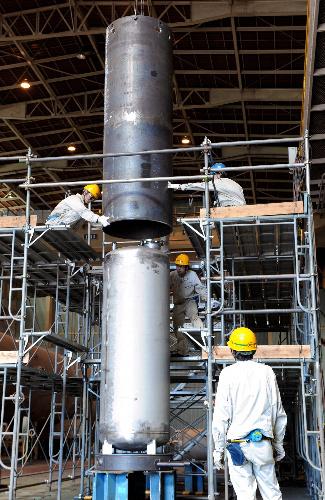 写真:公開された高濃度汚染水の浄化処理装置「サリー」の組み立て作業=14日午後、横浜市鶴見区、森井英二郎撮影