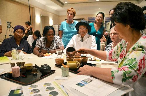 写真:14日、ニューヨークで静岡のお茶を楽しむ緑茶愛好家たち=田中写す