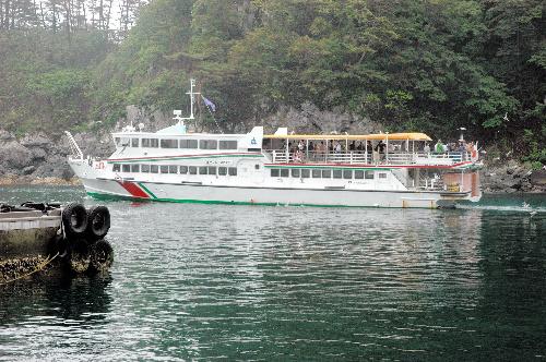 写真:出港する遊覧船=16日午前10時5分、岩手県宮古市の浄土ケ浜