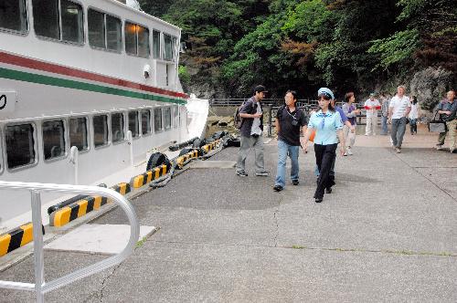 写真:再開第一便の遊覧船に乗り込む観光客ら=16日午前9時53分、岩手県宮古市の浄土ケ浜