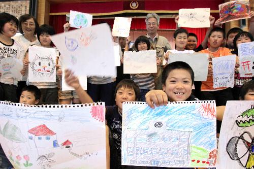 写真:国際宇宙ステーションの日本の実験棟「きぼう」に届ける絵を描いた子どもたち=22日午後0時36分、宮城県石巻市の荻浜小学校、小宮路勝撮影