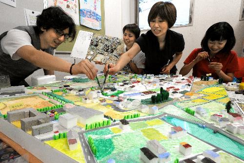 写真:発泡スチロールなどを使って制作が進む被災前の市街地の模型=27日午後、宮城県気仙沼市の市役所、小川智撮影