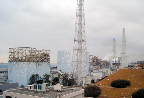 写真:福島第一原発の(手前から)1号機と2号機の間にある主排気筒=3月15日、東京電力提供