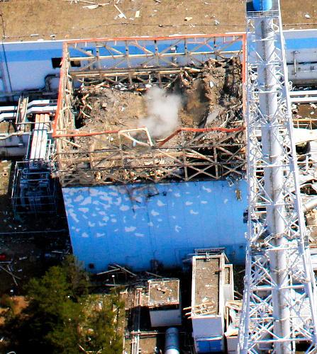 写真:福島第一原発1号機建屋の右側にある主排気筒=3月24日、エア・フォート・サービス提供