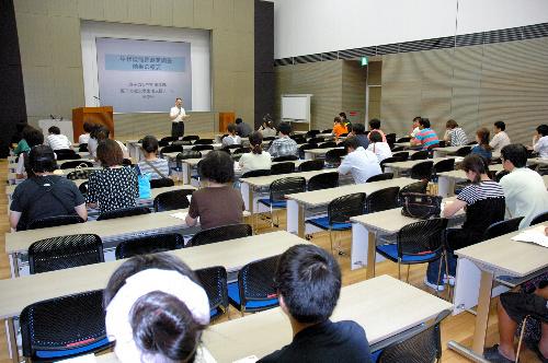 写真:子どもの甲状腺の検査について国の原子力被災者生活支援チームが開いた説明会=17日午後6時41分、福島県いわき市内、西堀岳路撮影