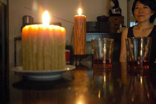 写真:志村瑞枝さん宅では、ろうそくの明かりが食卓を照らす=東京都中野区、壱田写す