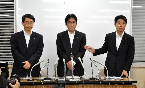 写真:緊急記者会見に出席した北海道電力の阪井一郎・原子力部長(左)ら幹部=26日午後9時、札幌市中央区の同社、綱島洋一撮影