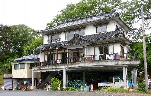 写真:1階が柱のみのピロティ式住宅。3メートル近い津波は床の下を流れていった=宮城県気仙沼市