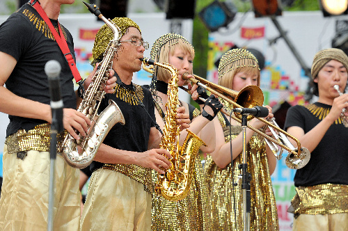 写真:地震発生時刻に合わせ、一斉に「ラ」の音を奏でるジャズフェスティバルの演奏者たち=10日午後2時46分、仙台市、福岡亜純撮影