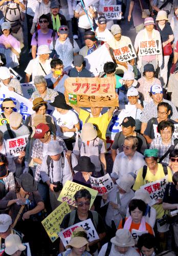 写真:東京で行われた脱原発パレードには福島からの人も含めて6万人が参加した=19日午後3時56分、東京都渋谷区、樫山晃生撮影