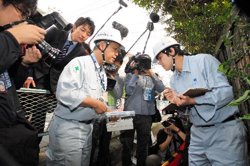 写真:世田谷区から委託を受け、放射線量を再測定する作業員=13日午前10時9分、東京都世田谷区、金川雄策撮影