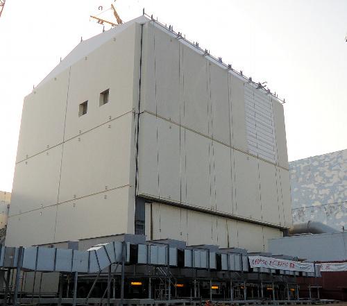 写真:カバーが取り付けられた福島第一原発1号機原子炉建屋。爆発でむき出しになった建屋の骨組みは覆い隠された=14日、東京電力提供