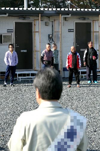 写真:仮設住宅前で有権者に支持を訴える候補者=4日午前、岩手県一関市、小宮路勝撮影(写真の一部を修整しています)