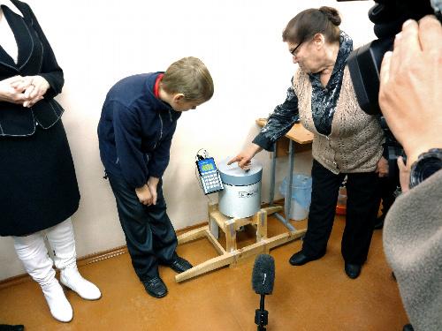 写真:中学校に設置された放射能測定器。キノコやニンジンを入れて測ると、数分で結果が出たという=ベラルーシのコマリン村、清水修二・福島大副学長提供