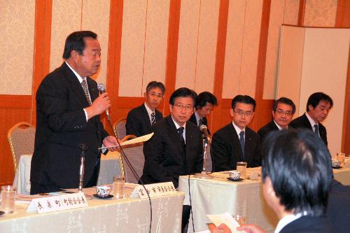 写真:説明会には川勝知事も出席した。左はあいさつする市長会会長の鈴木・富士市長=静岡市駿河区