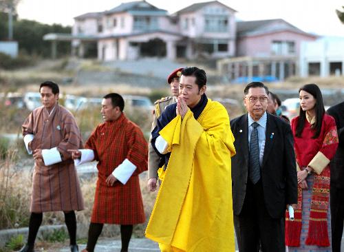 写真:福島県相馬市の原釜尾浜海水浴場を訪れたブータンのワンチュク国王とジェツン・ペマ王妃=18日午後4時17分、河合博司撮影