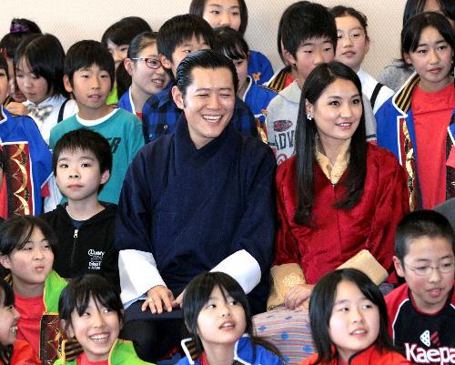 写真:福島県相馬市立桜丘小学校を訪れ、児童と記念写真に納まるブータンのワンチュク国王とジェツン・ペマ王妃=18日午後3時23分、河合博司撮影