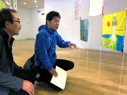 写真:展示されたハンカチを前にする鈴木貴さん(右)と竹内明二さん=27日午後2時、東京都港区の東京ミッドタウン