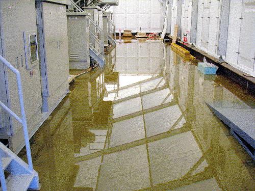 写真:淡水化装置が入っている建屋。漏れ出た処理水が床に約5センチの深さでたまっていた=4日、東京電力提供
