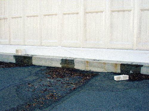 写真:装置の入っている建屋から外に漏れ出す処理水=東京電力提供