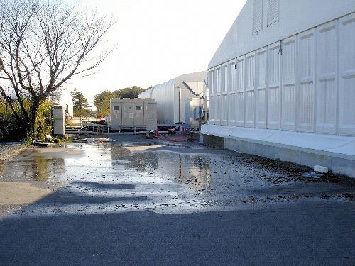 写真:東京電力福島第一原発の放射能汚染水の処理施設が入る建屋から漏れ出した汚染水=東京電力提供
