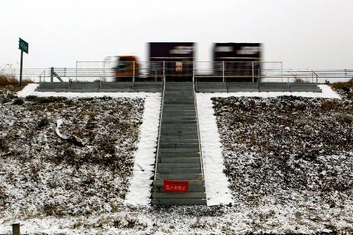 写真:仙台東部道路に造られた避難用階段=仙台市若林区、小宮路勝撮影