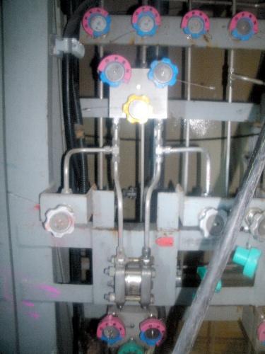 写真:東京電力福島第一原発4号機原子炉建屋1階の水漏れ場所(写真中央付近)=東京電力提供