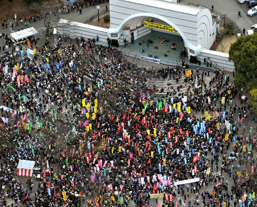 写真:「脱原発」を訴える集会には、大勢の人たちが参加した=11日午後、東京都渋谷区の代々木公園、朝日新聞社ヘリから、相場郁朗撮影