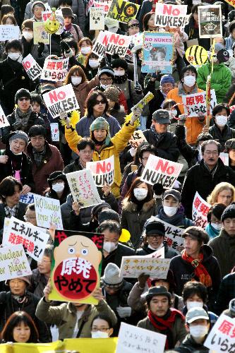 写真:「脱原発」を訴えてデモ行進する参加者たち=11日午後、東京都渋谷区、林敏行撮影