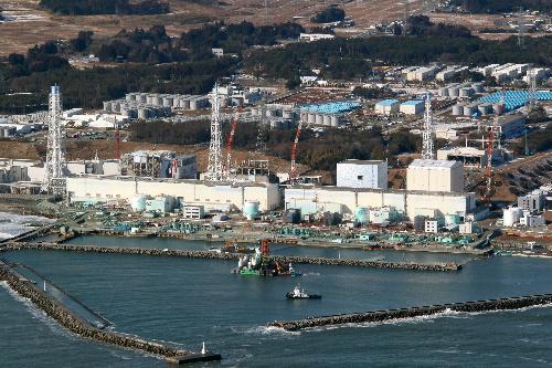 写真:工事が始まった福島第一原子力発電所=28日午前、福島県、朝日新聞社ヘリから、堀英治撮影