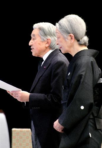 写真:東日本大震災1周年追悼式で、お言葉を述べる天皇陛下=11日午後2時56分、東京都千代田区の国立劇場、代表撮影