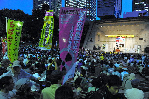 写真:多くの人たちが集まった「さようなら原発1000万人アクション」の集会=6日午後7時11分、東京・日比谷公園、川村直子撮影
