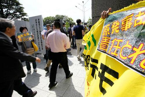 写真:東京電力の株主総会に向かう株主たちに「脱原... 朝日新聞デジタル:東電、実質国有化決定へ