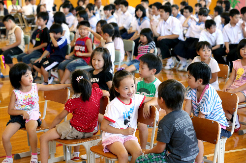 写真:広野小、広野中学校の合同始業式で、笑顔を見せる小学生たち=27日午前、福島県広野町、長島一浩撮影