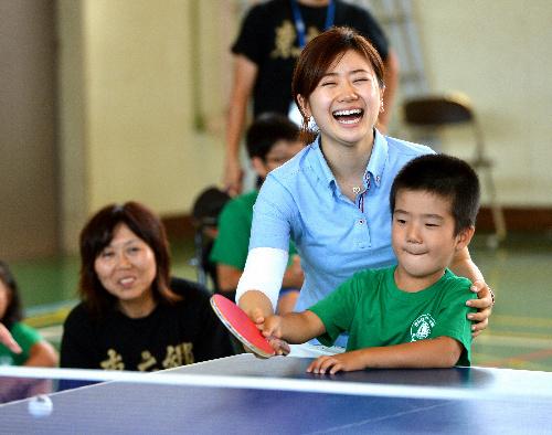 写真:東六郷小学校の児童と卓球をする福原愛選手=10日午前、仙台市若林区、浅野哲司撮影