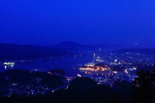 写真:岩崎さんが撮った7月の宮城県気仙沼市の夜景。漁港に明かりがともる