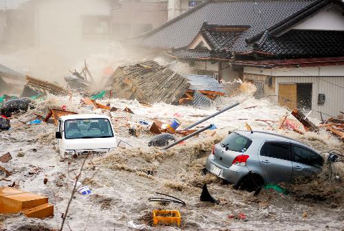 写真:避難しながら津波が押し寄せる瞬間を撮った=2011年3月11日、岩手県陸前高田市、西條嘉吉さん提供