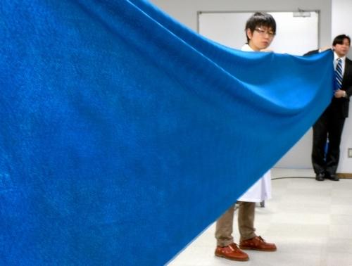 写真:青色の人工顔料プルシアンブルーを含み、放射性セシウムを効率よく吸着する除染布=東京都目黒区の東京大生産技術研究所
